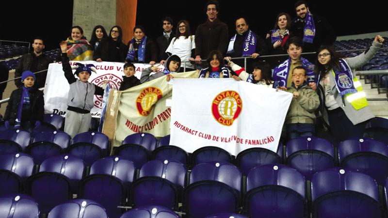 Rotaract leva crianças ao futebol