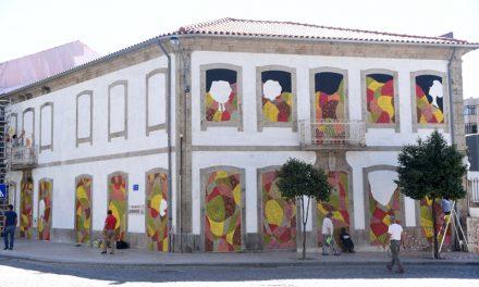 Edifício central de Famalicão coberto com manto de cor e imaginação