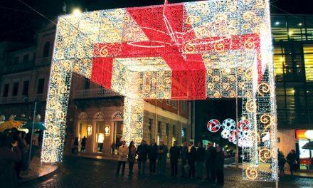 """Iluminação de Natal """"presenteia"""" a cidade"""