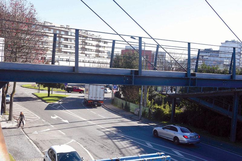 Fechada ponte pedonal sobre a Avenida 9 de Julho