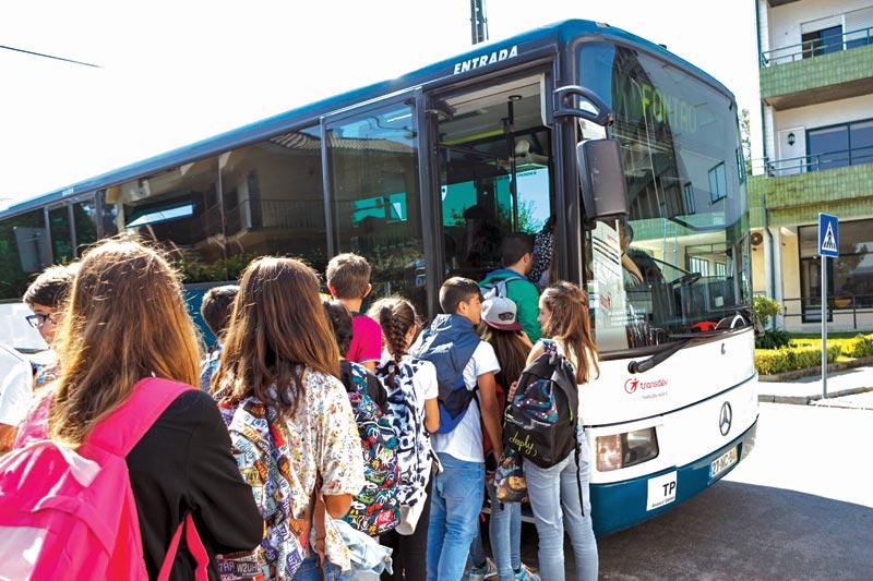 Transporte gratuito para alunos experimentarem Universidade