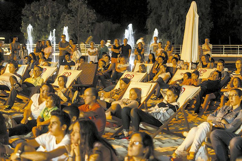 Cinema na Praia Urbana atraiu muitos visitantes