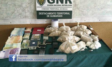 Três pessoas detidas e mais de 15 mil doses de droga apreendidas