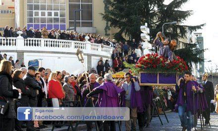 Centenas nas ruas para ver Senhor dos Passos (c/ vídeo)