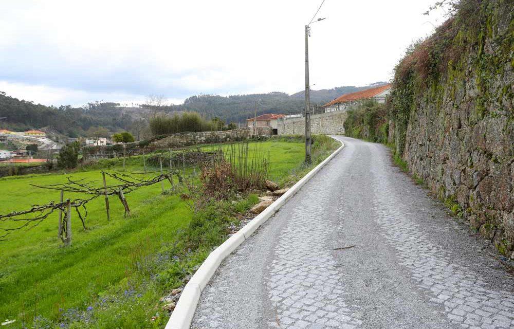 Rua em terra pavimentada na freguesia de Vilarinho