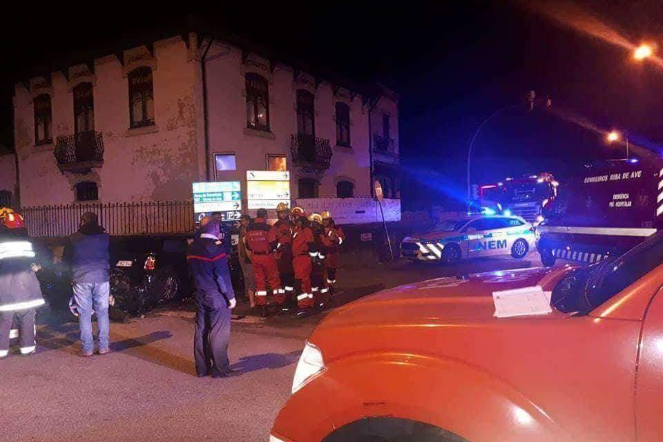 3 feridos em colisão em Delães