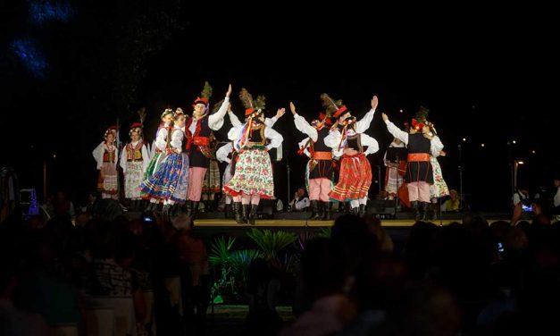 """""""Danças do Mundo"""" brilharam na Praça 25 de Abril"""