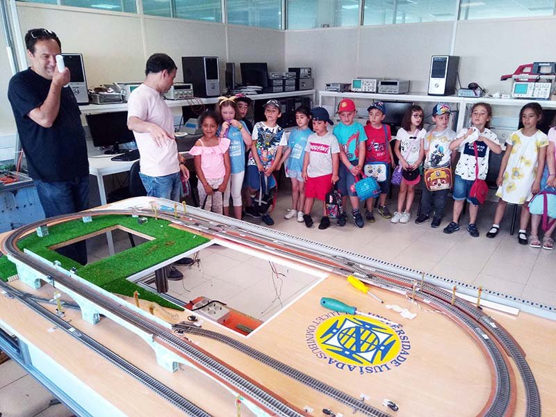 Alunos mais velhos deram forma a máquinas sonhadas por crianças