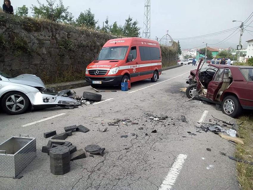 Quatro homens feridos em colisão na EN206