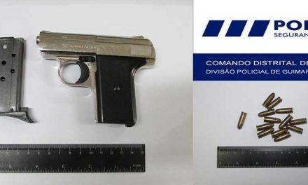 Suspeito de violência doméstica detido por posse ilegal de arma