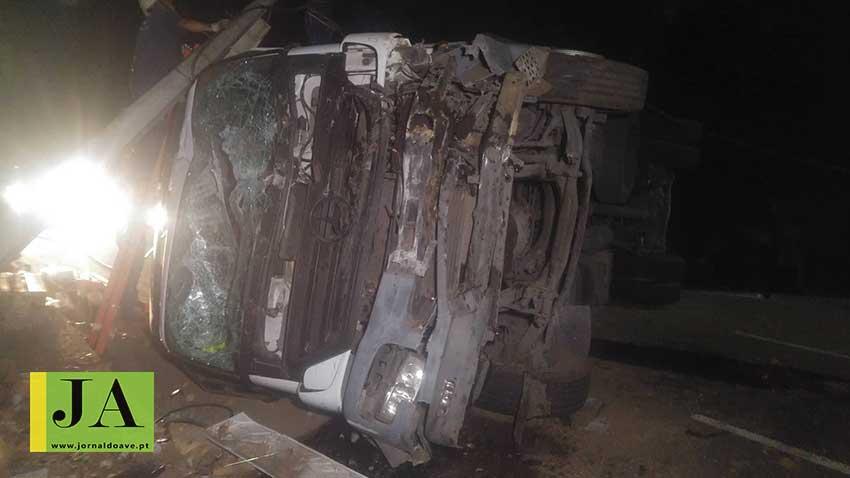 Capotamento de camião na EN105 provoca um ferido