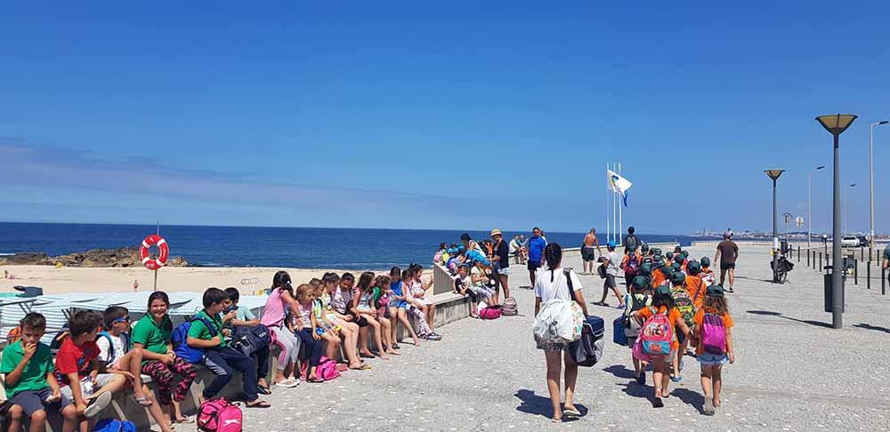 Crianças de Vila Nova do Campo divertem-se na praia
