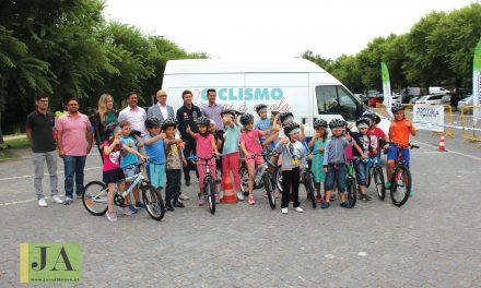 Ensinar a andar de bicicleta para um futuro amigo do ambiente (c/ vídeo)