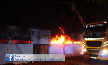 Videos – Incêndio em armazém em Santo Tirso provoca um ferido ligeiro