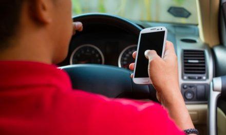 Como travar mensagens de telemóvel enquanto conduz