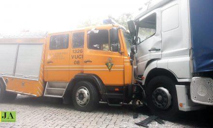 Quatro bombeiros feridos  em acidente depois de alerta falso de incêndio