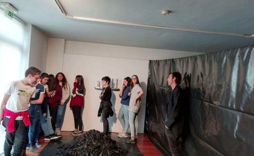 Alunos à descoberta da arte no Centro Cultural Municipal de Vila das Aves