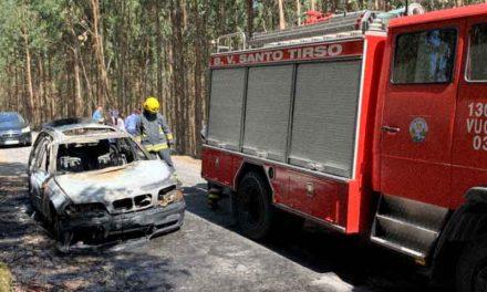 Carro consumido pelas chamas junto ao Lar do Emigrante