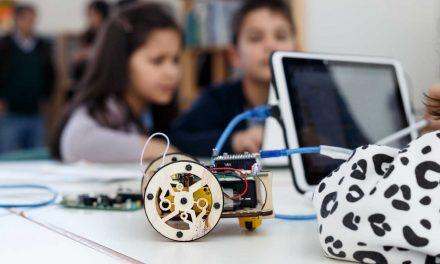 Crianças convivem com robôs na escola