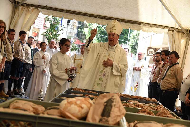 Distribuição-do-Pão-Bento-é-uma-das-tradições-mais-antigas-da-festa