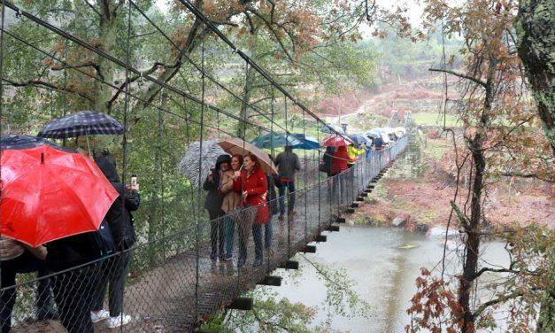 Chuva intensa não esmoreceu o ânimo dos participantes em roteiro literário ribeirapenense sobre Camilo