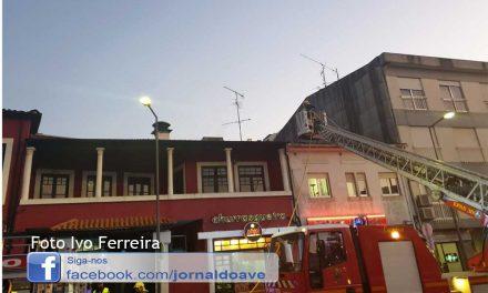 Incêndio em telhado de restaurante