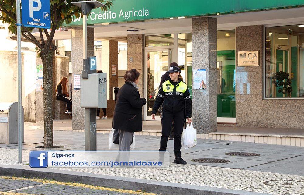 O momento em que uma agente da Polícia Municipal ajudou uma mulher a carregar as compras
