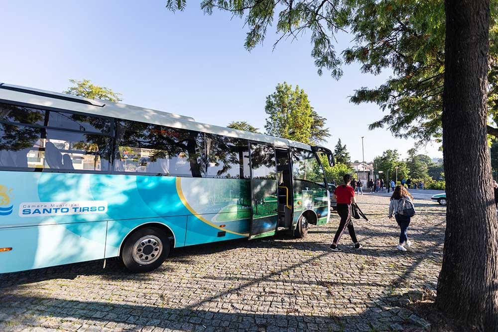 Chegada-dos-alunos-transportados-pela-Câmara-de-Santo-Tiros-à-Escola-D